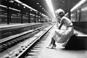 teenage-girl-waiting-for-train-chicago-illinois-19601